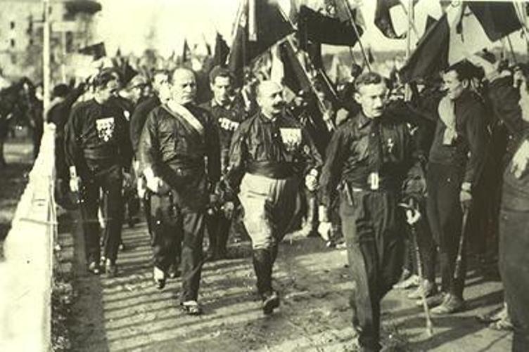 מוסוליני בראש מצעד החולצות השחורות על רומא